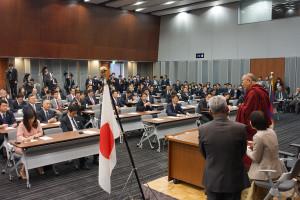 Su Santidad el Dalai Lama frente a los todos los parlamentarios del partido en el Edificio Nacional de la Dieta de Tokio, Japón el 20 de noviembre de 2013. Foto / Jeremy Russell / OHHDL