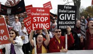 Manifestantes Shugden en Cambridge en Londres, cuando Su Santidad el Dalai Lama visitó allí en septiembre 2015
