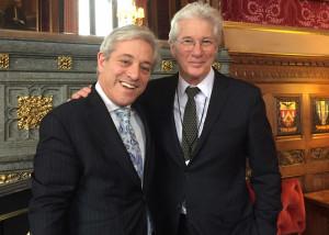 Richard Gere con el presidente de la Cámara de los Comunes, el diputado John Bercow