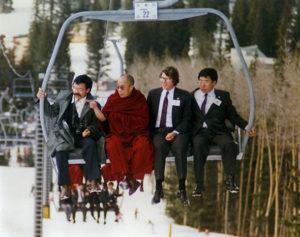 El Dalai Lama en un telsilla en las montañas de Nuevo México, abril de 1991