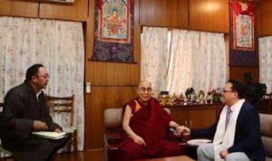 Su Santidad el Dalai Lama con Qin Weiping, un blogger chino residente en Estados Unidos, en Dharamsala, India