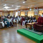 El Dalai Lama Interactúa con Estudiantes Centrándose en la Ética Secular